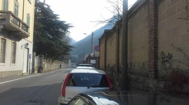 auto divieto di sosta via regina a como vicino agenzia dogane