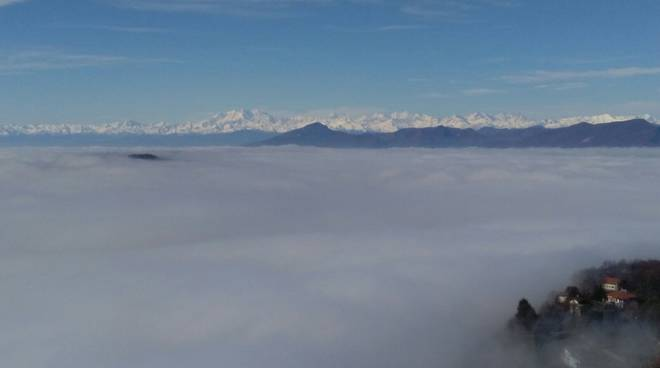 """Brunate """"sospesa"""" sulle nuvole e la nebbia di queste ore: spettacolo"""