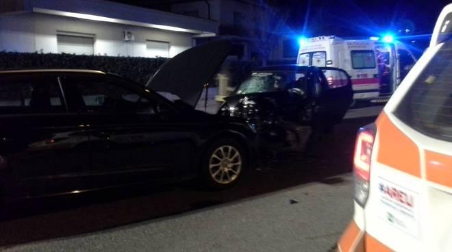 incidente frontale tavernerio, due auto distrutte via provinciale