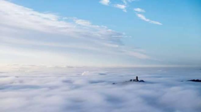 La nebbia di queste ore dà spettacolo in tutto il comasco
