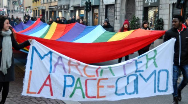marcia della pace a como con migranti