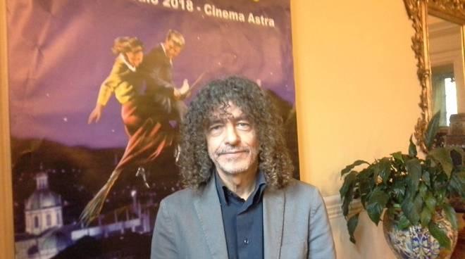 paolo lipari davanti manifesto festival del cinema como,