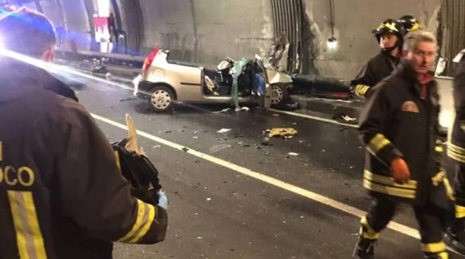 schianto auto camion a san siro in galleria le immagini della vettura