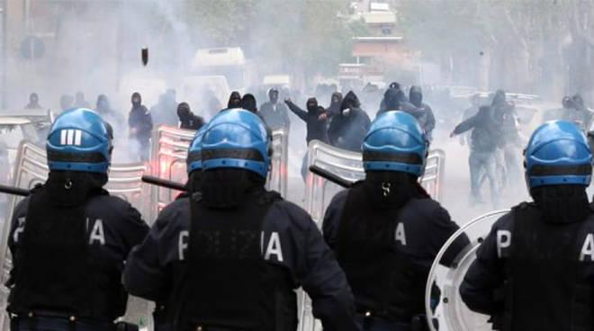 scontri tifosi e polizia prima e dopo il derby como varese