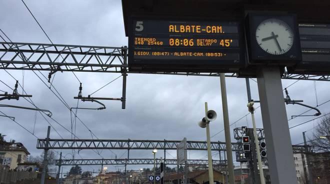 stazione di albate treno per varese in ritardo, tabellone
