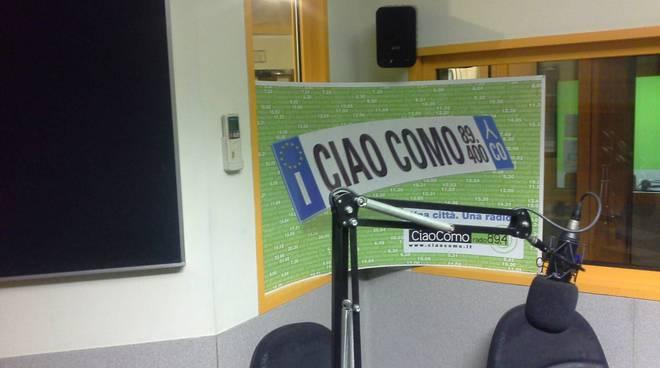 studio ciaocomo radio per trasmissione elettorale, sedie e microfoni