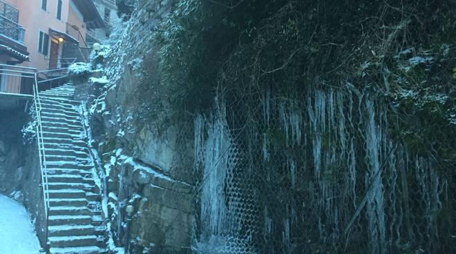 blevio risveglio con neve e poi stalattiti sulla strada