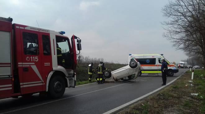 cadorago incidente stradale, auto ribaltata dopo sbandata