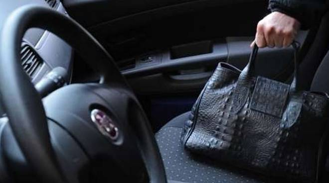 furto borsa auto generica ladro