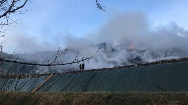 incendio discarica di mariano comense pompieri