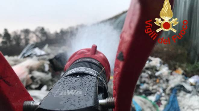 incendio discarica mariano pompieri a spegnere focolai