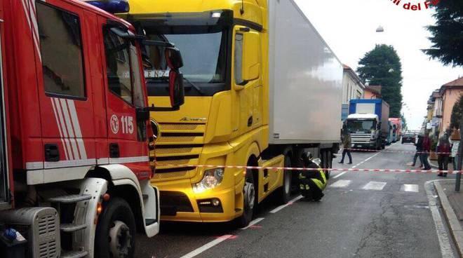 Camion travolge una coppia: morto l'uomo, la moglie gravissima