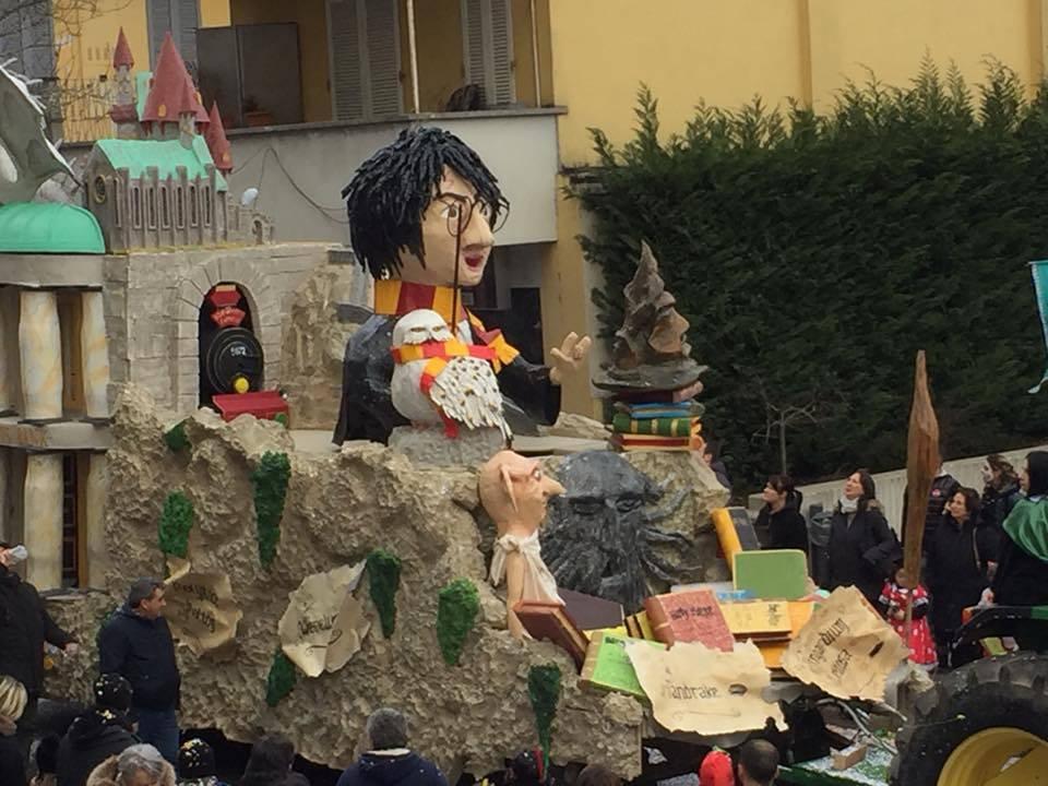 La sfilata dei carri allegorici ad Olgiate Comasco