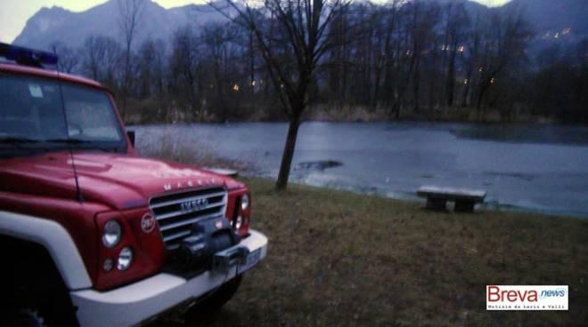 lago del piano carlazzo pensionato cade in acqua ghiaccio rotto