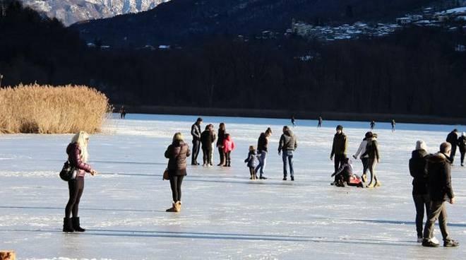 lago ghiacciato a carlazzo, tutti sopra a pattinare