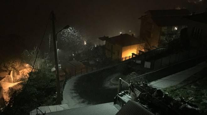 neve e gelo nella notte sul comasco