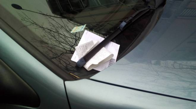 nuove multe sulle auto in sosta a como via cadorna e viale varese