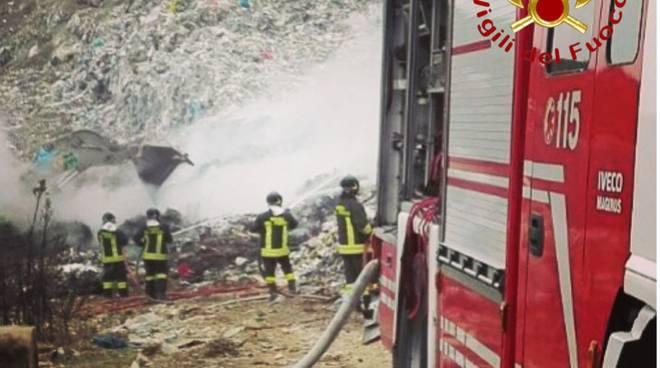pompieri incendio doloso discarica mariano comense