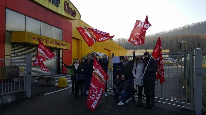 tavernerio protesta dipendenti mercatone esterno ditta