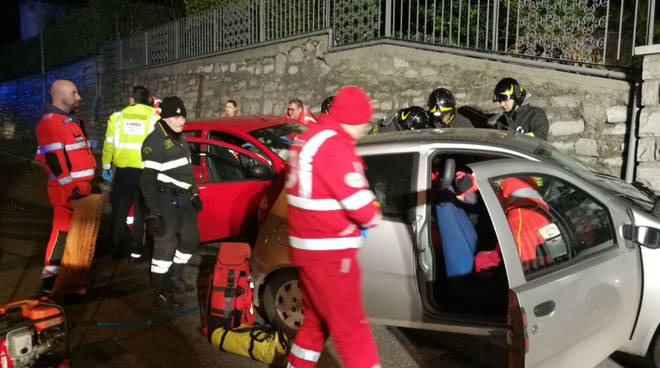 via varesina incidente auto scontro  pompieri soccorsi