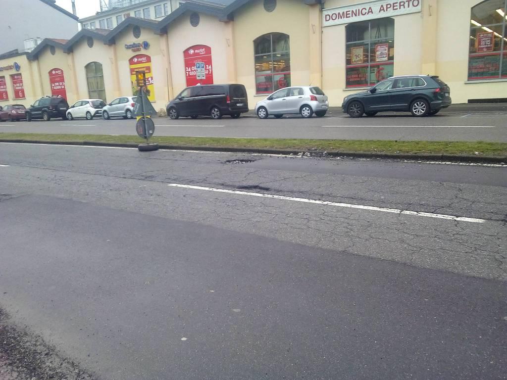 Ancora buche sulle strade di Como: cartelli in viale Innocenzo