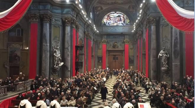 basilica crocifisso piena per esposizione crocifisso e bacio