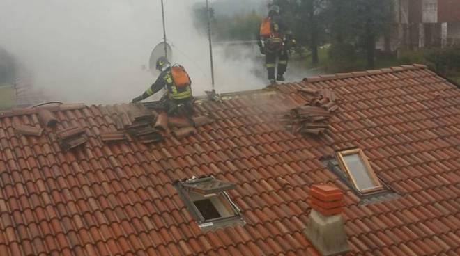 Brucia il tetto della casa ad Inverigo: l'intervento dei pompieri