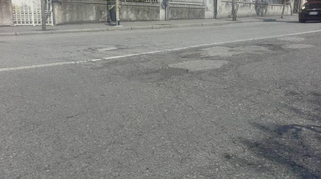 Buche in strada via dottesio a como segnalazione lettori