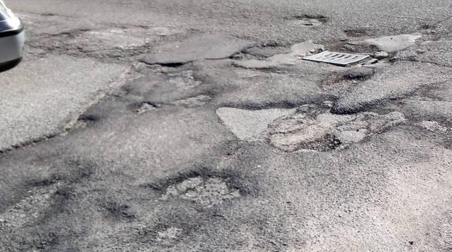 buche strade di como, ecco la situazione in via Mentana  buche e strada rotta