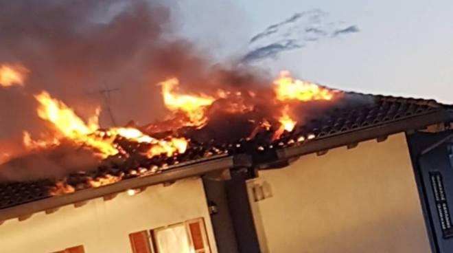 Carlazzo, ecco le immagini del devastante incendio all'abitazione