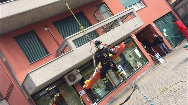 Como, pensionato soccorso con l'autoscala dei pompieri