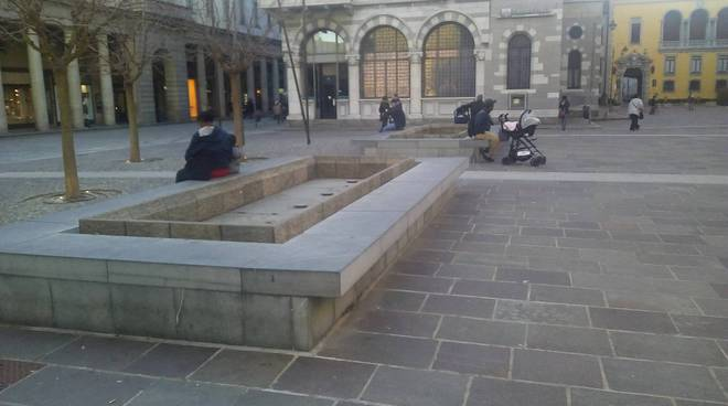 fontana piazza grimoldi a como senza acqua per il gelo