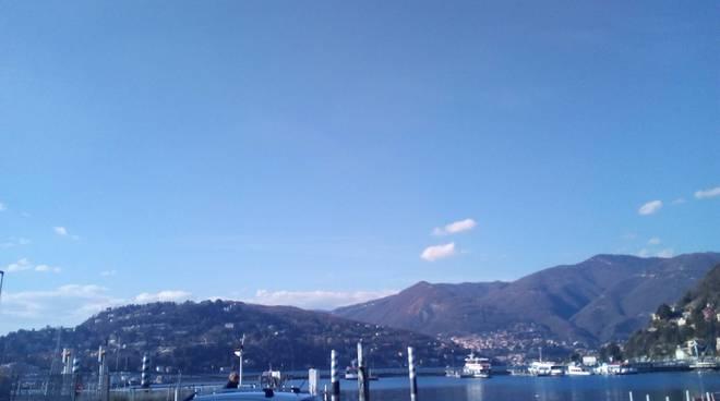 giornata bellissima a como e sul lago cielo sereno nessuna nuvola