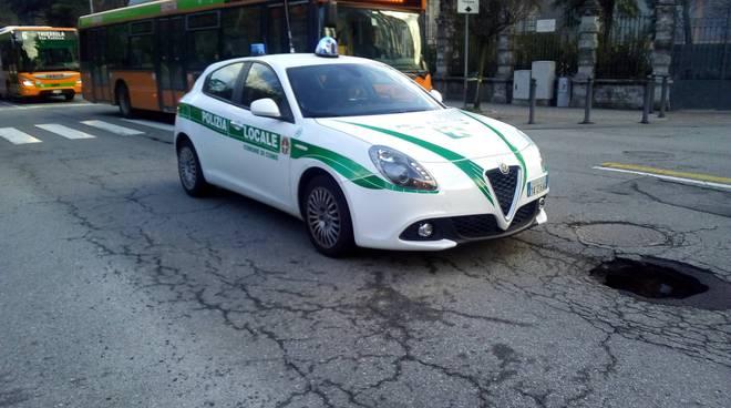 grossa buca aperta oggi in viale cavallotti a como polizia locale