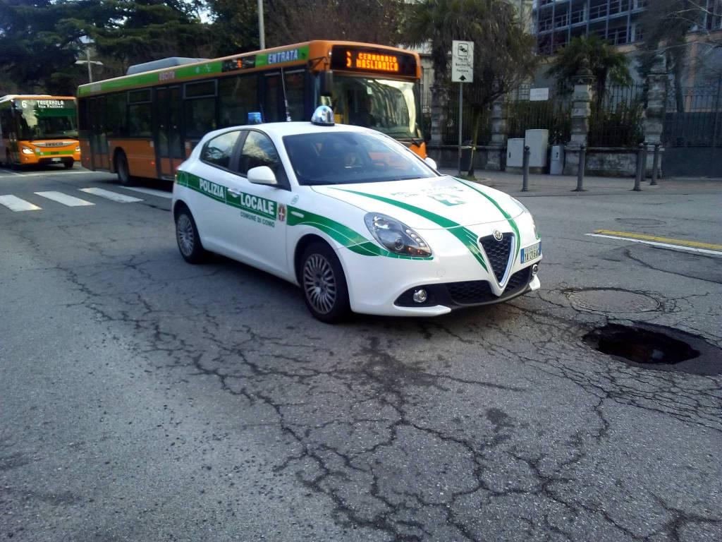 Viale Cavallotti, si apre una grossa buca in strada: la polizia ...
