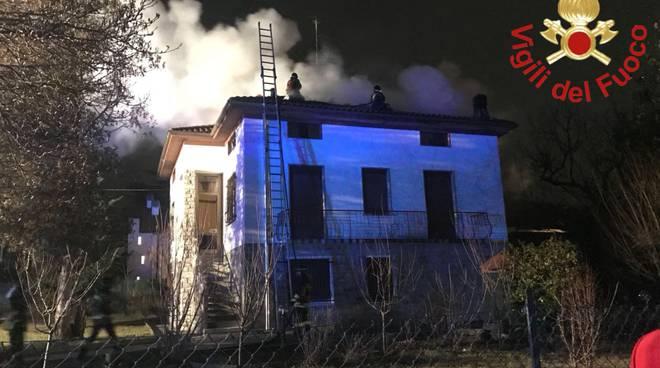 In fiamme i tetti a BIzzarone e Mozzate: danni e spavento