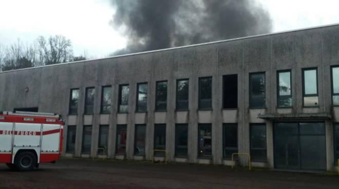 incendio depositi rifiuti oltrona san mamette pompieri e luogo