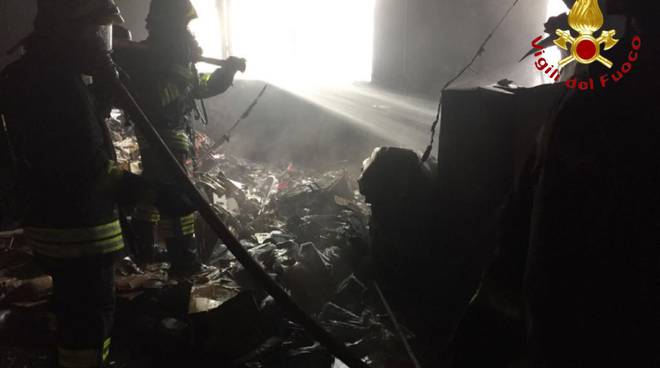 Incendio in ditta a LUrate Caccivio, l'intervento dei pompieri