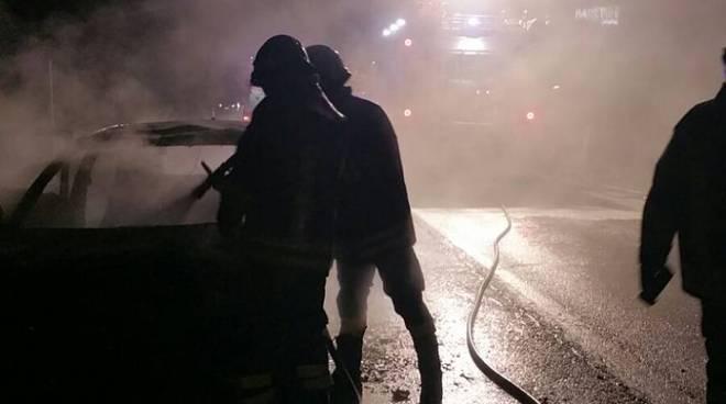 incidente carugo novedratese auto si incendia pompieri