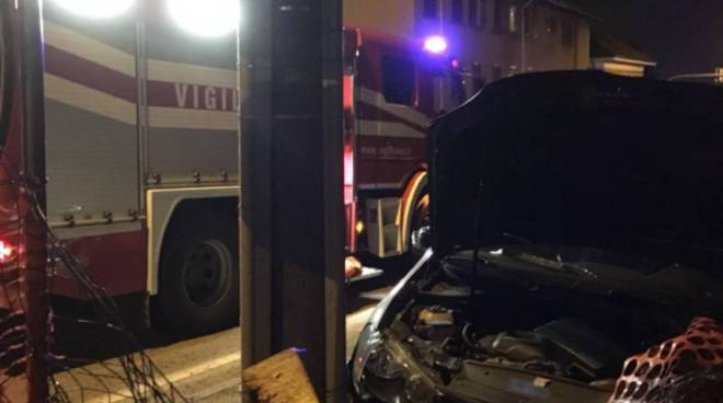 incidente solbiate scontro tra due auto una contro palo