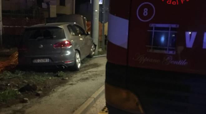 incidente solbiate scontro tra due auto una contro palo