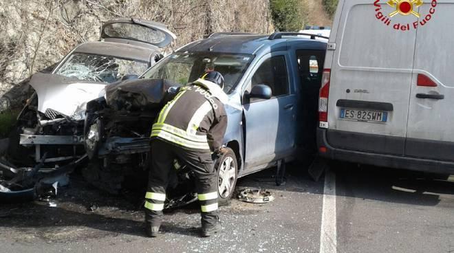incidente su regina argegno, scontro auto furgone