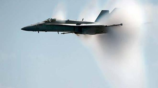 jet militari rompono muro del suono, esplosioni a como