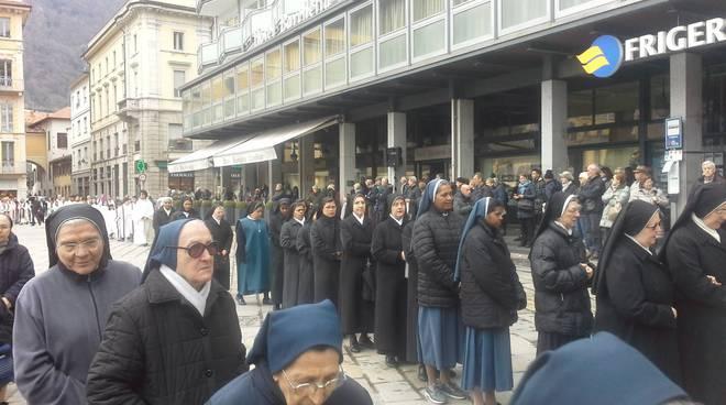 La processione del venerdì santo a Como: in preghiera con il Crocifisso