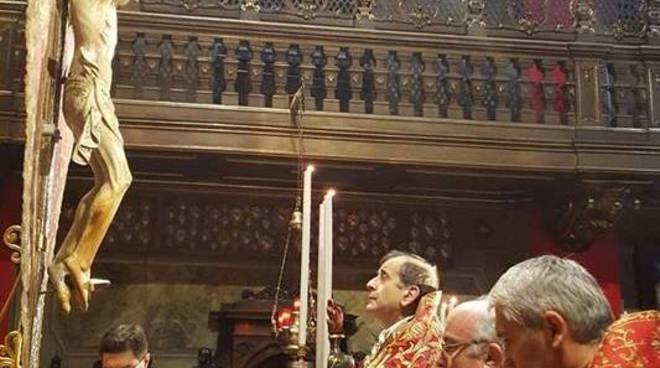 monsignor delpini in preghiera al crocifisso di como