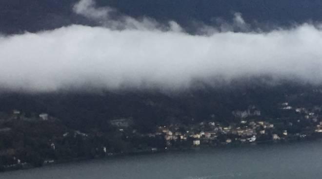 pioggia e nuvole basse sul lago maltempo