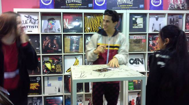 Tedua a frigerio dischi di como riceve fans e firma dischi code ragazzini