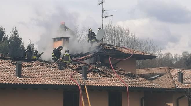 tetto in fiamme a rodero, pompieri in via torino incendio