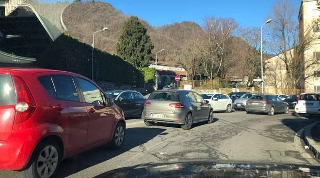 traffico a como strade con auto in coda, caos