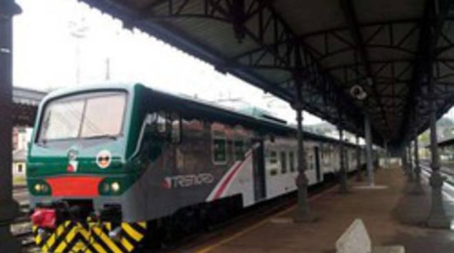 treno trenord fermo in stazione pendolari protestano